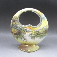 タペストリー白鳥風景文月型花瓶